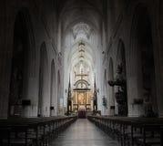 Inom av en kuslig gammal kyrka royaltyfri bild