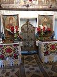 Inom av en ortodox kyrka med två iconis och blommor av en kyrka i Rumänien Arkivbilder