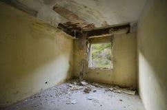 Inom av ett spöklikt övergett rum Royaltyfri Fotografi