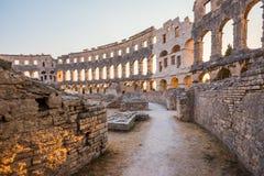 Inom av forntida Roman Amphitheater i Pula Kroatien royaltyfria foton