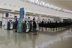 Inom av JetBlue terminal 5 på den internationella flygplatsen för JFK i New York Arkivbilder