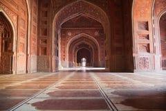 Inom av moskén i det Taj Mahal komplexet Agra, Indien Royaltyfria Bilder