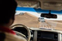 Inom bilen som reser i dynsanden vid 4x4 av vägen på Dubai Royaltyfri Bild