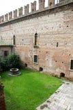 Inom de forntida väggarna av den gamla slotten i Verona Royaltyfria Bilder