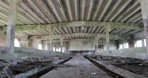 Inom den gamla övergav förstörda byggnaden lager videofilmer