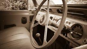 Inom den gamla bilen arkivfoto