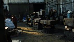 Inom den gamla fabriken Materiell?ngd i fot r?knat Industribyggnadrum inom inre mörk smutsig grunge och kuslig atmosfär lager videofilmer