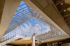 Inom den glass pyramiden av Louvremuseet Arkivbilder