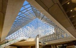 Inom den glass pyramiden av Louvremuseet Royaltyfri Foto