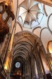 Inom den gotiska europeiska domkyrkan Royaltyfri Bild