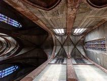 Inom den gotiska europeiska domkyrkan Arkivfoton