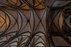 Inom den gotiska europeiska domkyrkan Fotografering för Bildbyråer