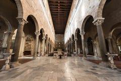 Inom den San Frediano kyrkan i Lucca Italien arkivfoton