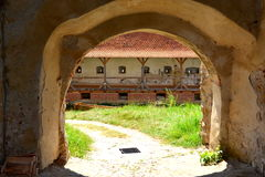 Inom den stärkte medeltida kyrkliga Biertanen Transylvania Royaltyfri Fotografi