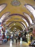 Inom den stora basaren av Istanbul i Turkiet med dess dekorerade målade tak Royaltyfri Foto
