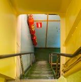 Inom det första sovjetiska kärn- - driven isbrytare'Lenin 'förtöjd för evigt i porten av Murmansk, Kolafjärden arkivfoton