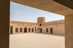 Inom det gamla Al Zubara Fort Az Zubarah fortet vaggar den historiska Qatari militära fästningen som byggs från korall, och kalks arkivfoto