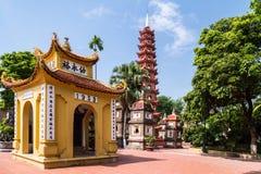 Inom det Tran Quoc Pagoda komplexet Hanoi arkivbilder