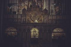 Inom domkyrkan av toledo med enorma bågar och carvings royaltyfri fotografi