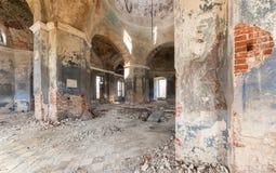 Inom en övergiven plundrad tempel Arkivbild