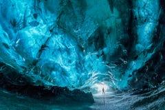 Inom en blå isgrotta i Island arkivbild