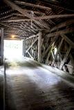 Inom en Connecticut täckt bro arkivbilder