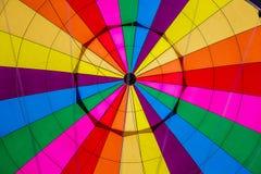 Inom en färgrik ballong för varm luft royaltyfri fotografi