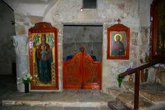 Inom en forntida kyrka Royaltyfri Bild
