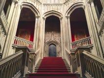 Inom en kuslig gammal slott royaltyfria bilder