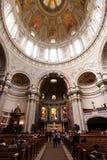 Inom en kyrka i Berlin Arkivbilder
