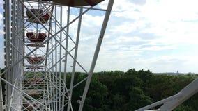 Inom Ferris Wheel på den roliga mässan parkera offentligt Hasenheide med sikt över Berlin arkivfilmer