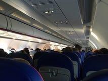 Inom flygplansikten - folket placeras som väntar på nivån för att ta av Royaltyfria Bilder