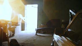 Inom garaget finns det sällsynta bilar arkivfilmer