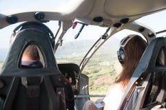 Inom helikoptern som rider över ön av Kauai Arkivbild