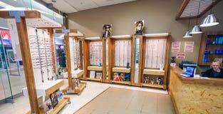 Inom inre av en optometriker i en galleria royaltyfri bild