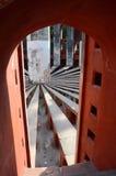 Inom Jantar Mantar den komplicerade medeltida observatoriet Delhi, Indien Arkivfoton