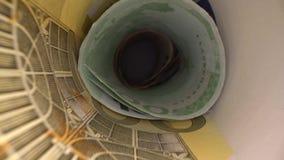 Inom pengartunnelen Docka som skjutas av abstrakt perspektivsikt av eurosedlar rullande i rör Docka som skjutas av besparing stock video