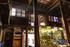 Inom: sken för ljusa strimmor till och med fönster: Härliga dekorerade Lamesery, Dazhou Hohhot dag Arkivfoton