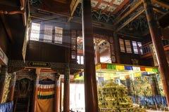 Inom: sken för ljusa strimmor till och med fönster: Härliga dekorerade Lamesery, Dazhou Hohhot dag Royaltyfri Foto