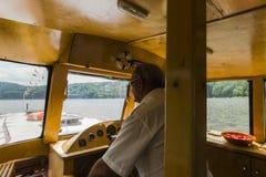 Inom skeppet på sjön royaltyfria bilder