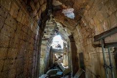 Inom slotten som var bruten ner av den Bayon templet på Angkor Thom arkivfoton