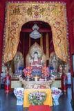 Inom templet: Enkla buddha med gåvor och skatter, religion, porslin, asia royaltyfria foton