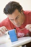 inomhus använda för manblyertspennasharpener Arkivbild