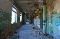 Inomhus av en öde belamrad industribyggnad arkivbild