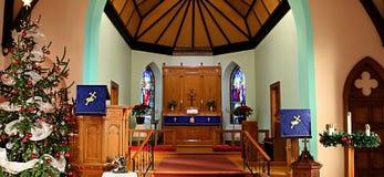 Inomhus av en traditionell kristen kyrka under jultid royaltyfria bilder