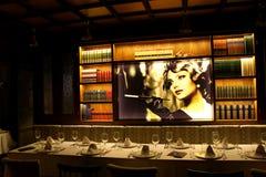 Inomhus av en trevlig och klassisk restaurang fotografering för bildbyråer