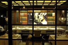 Inomhus av en trevlig och klassisk restaurang arkivfoto