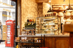 Inomhus av gatarestaurangen i staden av London Arkivbilder