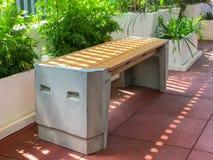 Inomhus bänk i trädgården royaltyfri bild