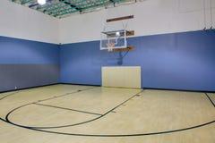 inomhus basketdomstol Arkivfoto